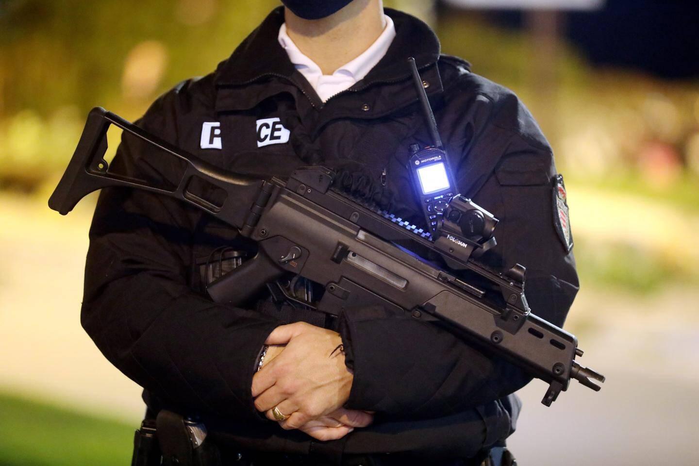 21h30 approchant, les agents de la Sûreté publique se postent aux abords des restaurants pour s'assurer que les mesures gouvernementales sont respectées.