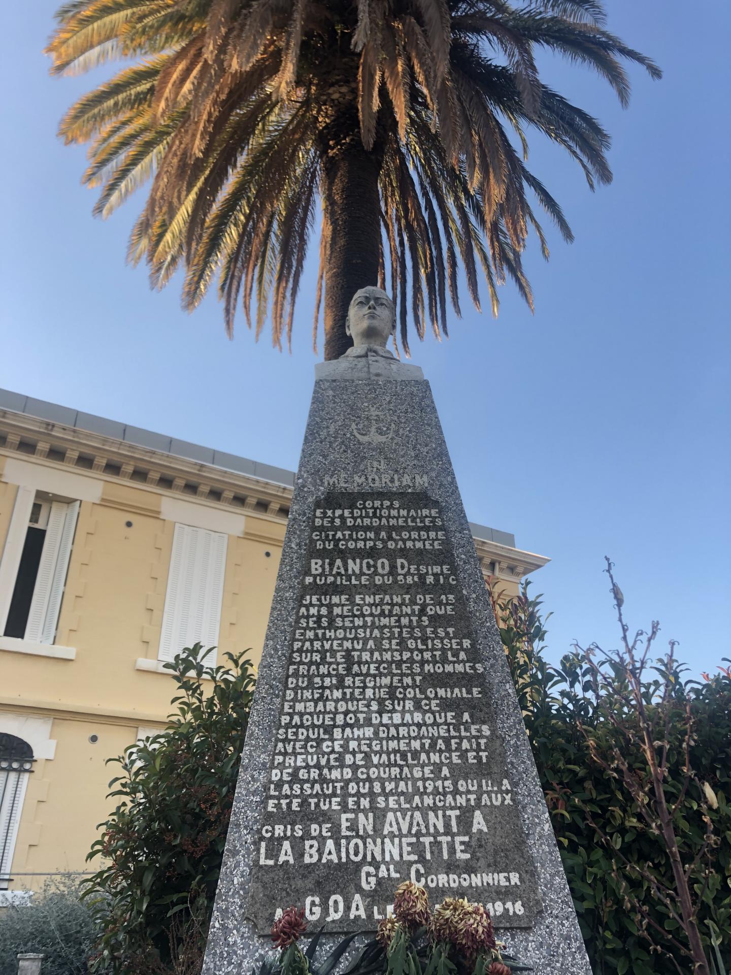 Le monument dédié à l'enfant soldat devant l'hôpital Sainte-Anne à Toulon