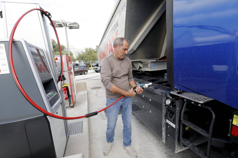 """Selon Bernard Crespo, chauffeur chez Bonifay: """"Le GNV est moins salissant, il y a moins d'odeur, c'est moins bruyant et plus souple à conduire sur autoroute."""" (Photos Patrick Blanchard)  Sation K9 , première station privée de gaz Bio Naturel pour véhicules  Sation K9 , première station privée de gaz Bio Naturel pour véhicules"""