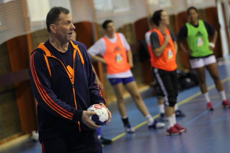 Olivier Krumbholz, en 2012 pendant sa première longue période à la tête des Bleues, lors d'un entraînement de l'équipe de France féminine de handball au Creps de Boulouris, à Saint-Raphaël.
