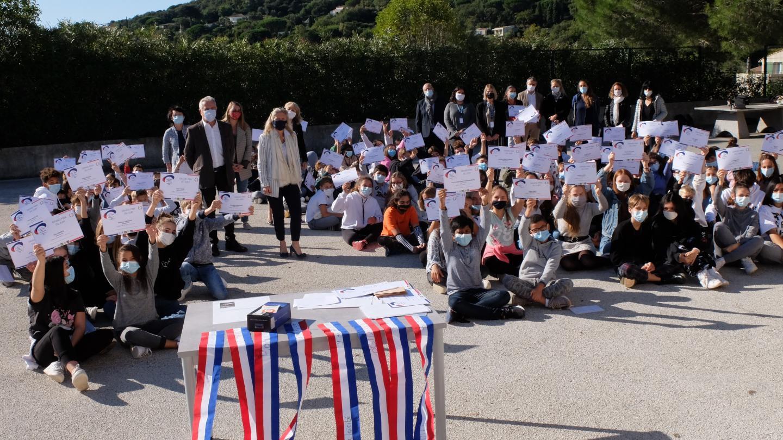 En octobre dernier, le collège Le Moulin blanc a enfin pu recevoir la récompense qui lui a été décernée.