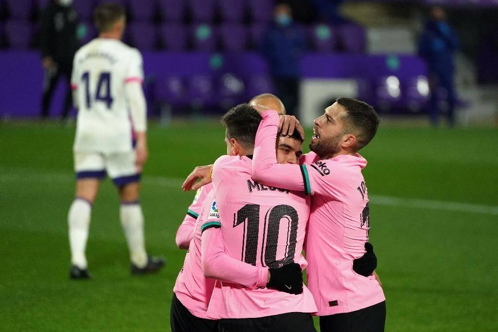 Les joueurs du FC Barcelone fêtent le 644e but de Lionel Messi avec son club, en marquant sur le terrain de Valladolid, le 22 décembre 2020
