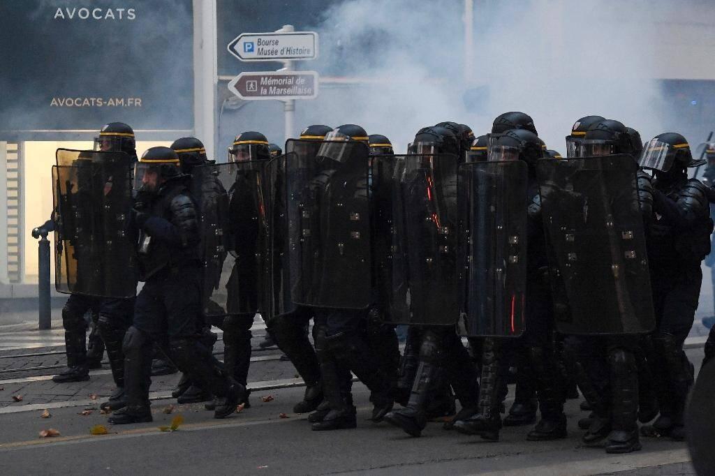 La police anti-émeutes face aux manifestants à Marseille le 5 décembre 2020