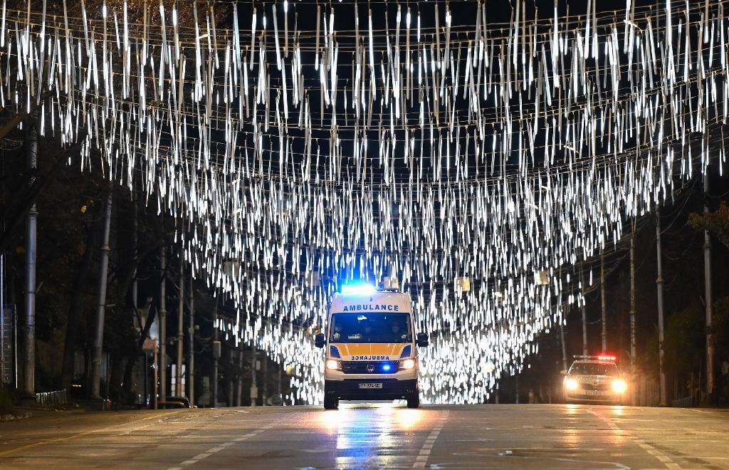 Une ambulance passe sous des décorations de Noël à Tbilissi (Géorgie) le 17 décembre 2020