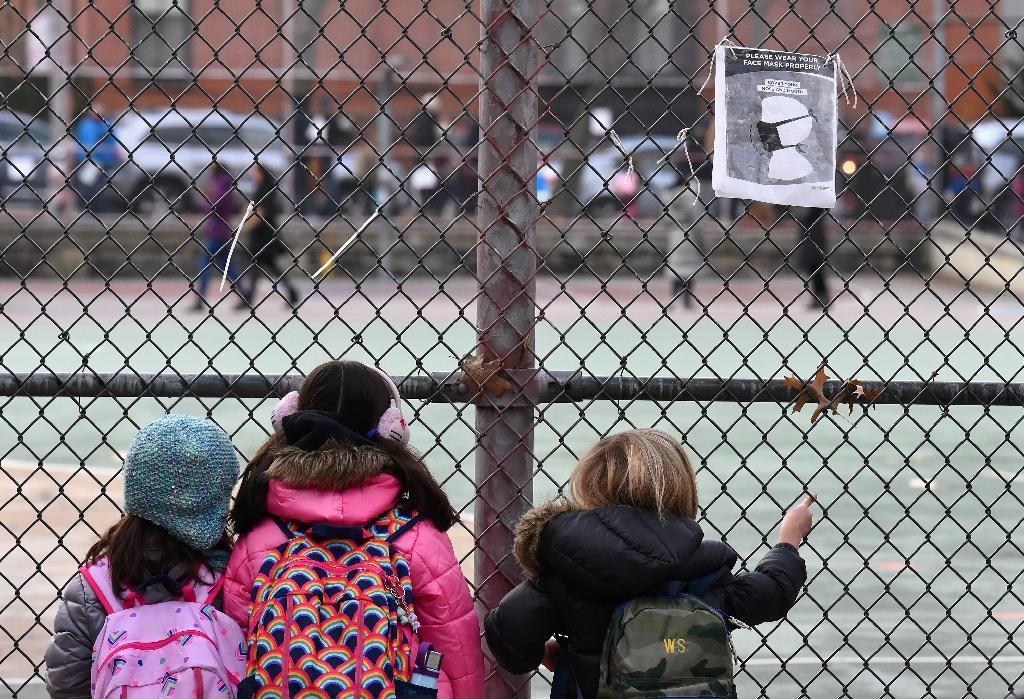 Des élèves attendent devant leur école lors du premier jour de réouverture, à New York (Etats-Unis), le 7 décembre 2020