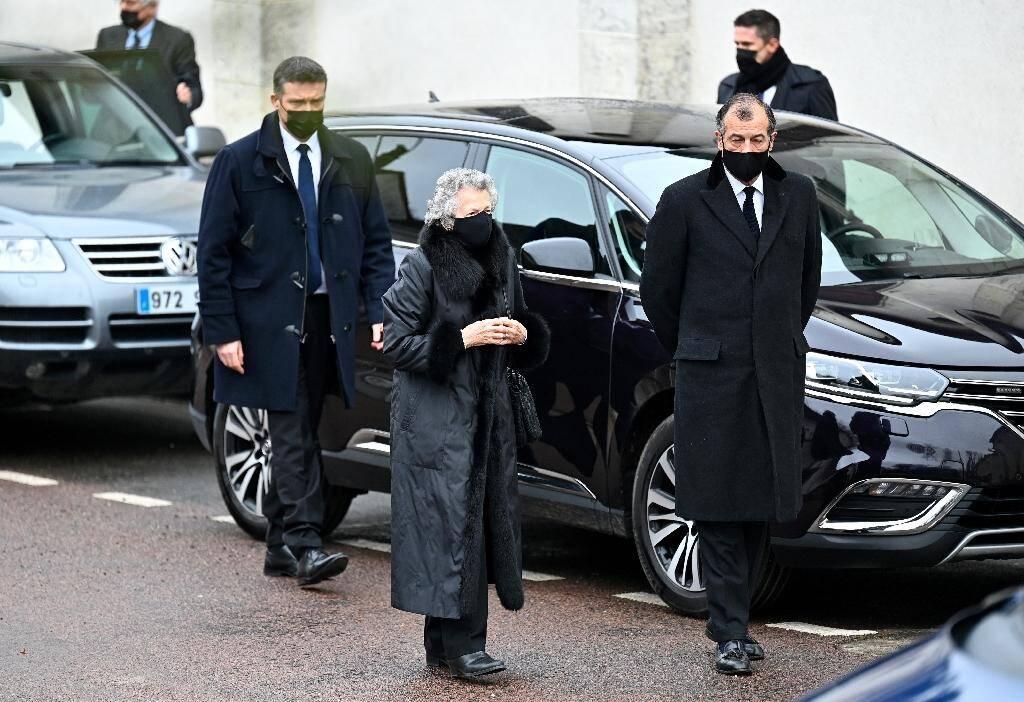 Arrivée de la veuve de Valéry Giscard d'Estaing, Anne-Aymone avec son fils Henri, pour les obsèques de l'ancien président à Authon, le 5 décembre 2020