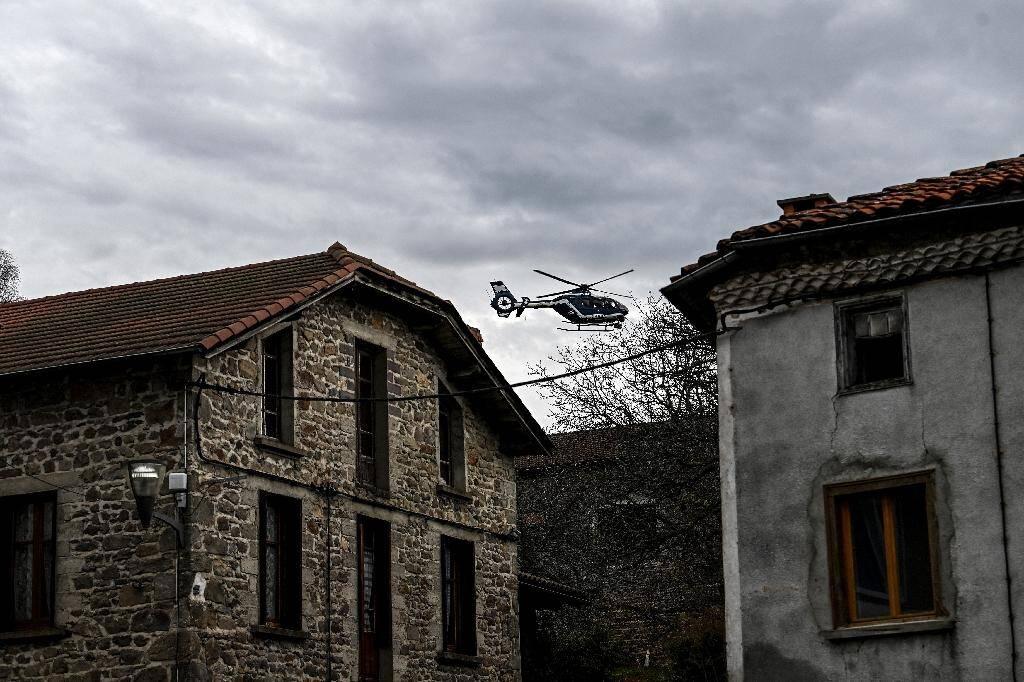 Un hélicoptère de la gendarmerie nationale survole Saint-Just le 23 décembre 2020