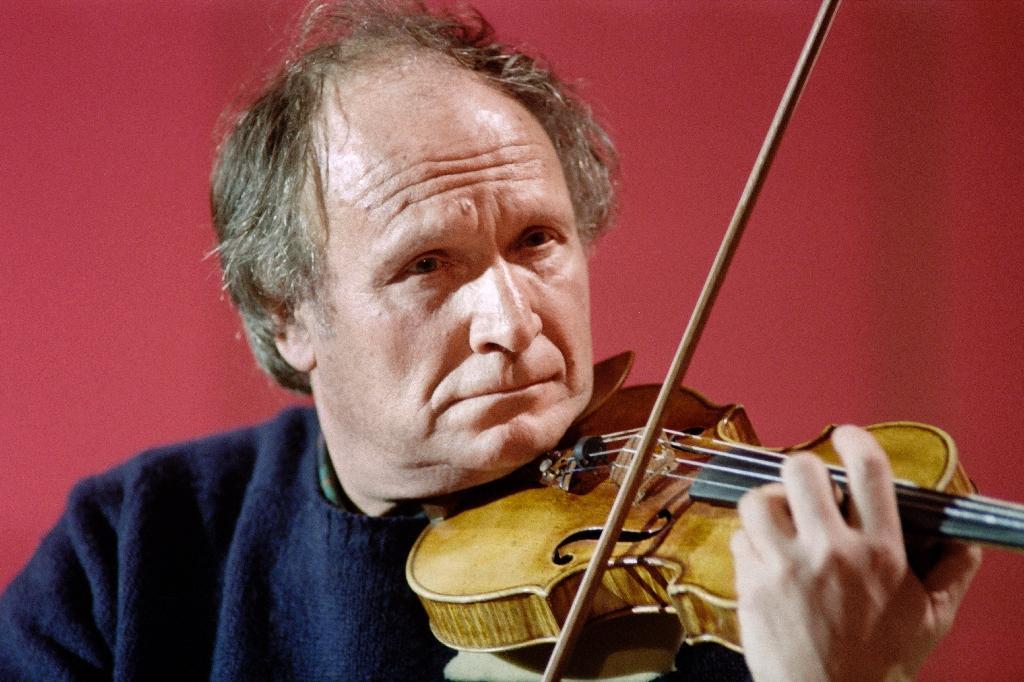 """Le violoniste israélien Ivry Gitlis lors de l'émission """"Le Grand Echiquier"""", le 20 janvier 1987 à Paris"""