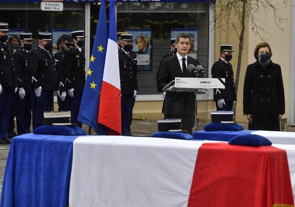 Le ministre de l'Intérieur Gérald Darmanin rend hommage aux trois gendarmes tués par un forcené, le 28 décembre 2020 à  Ambert (Puy-de-Dôme)