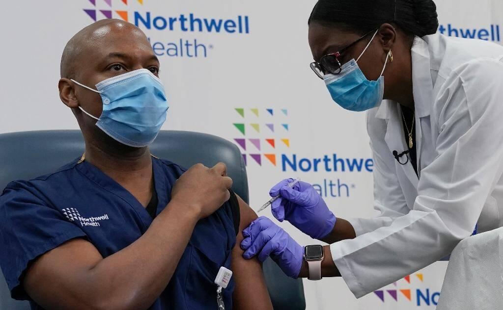 Yves Duroseau, deuxième personne à se faire vacciner aux Etats-Unis au Long Island Jewish Medical Center le 14 décembre  2020