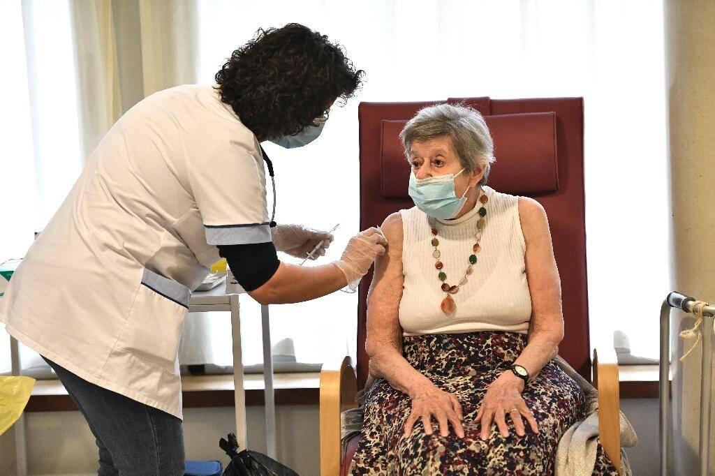 Une infirmière vaccine une résidente d'un EHPAD à Bobigny (Seine-Saint-Denis) le 27 décembre 2020