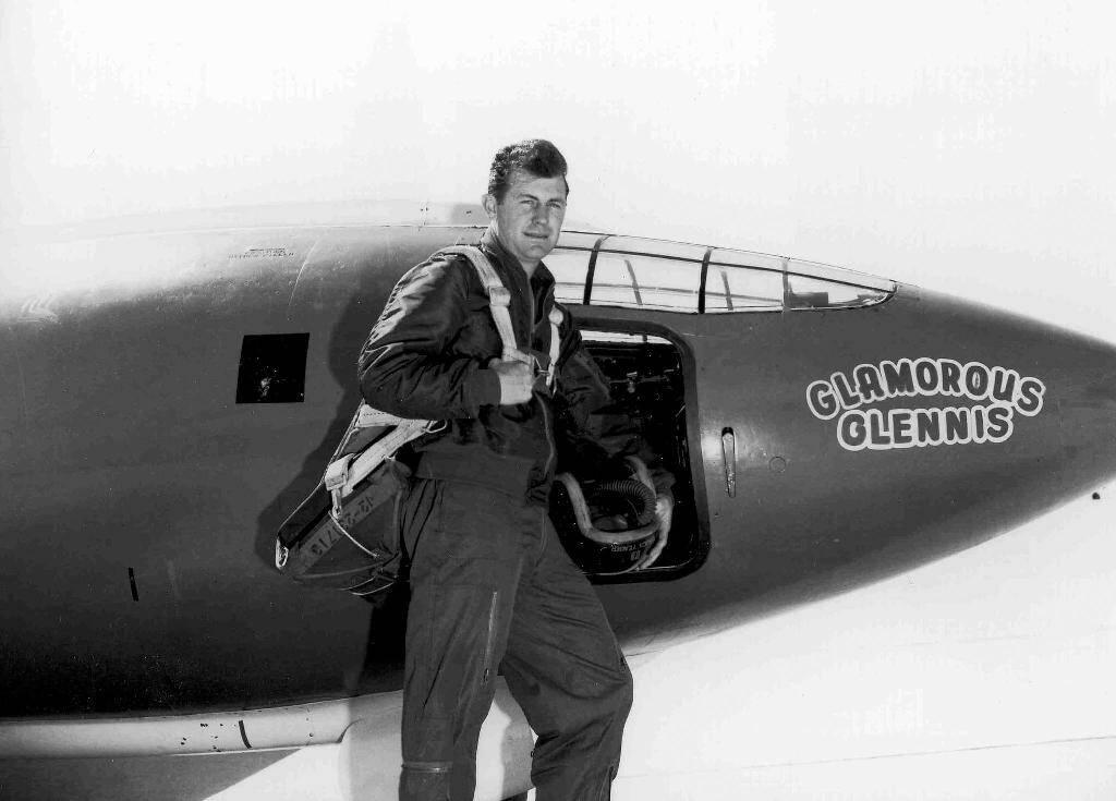 """L'aviateur américain en 1947 Charlie """"Chuck"""" Yeager, le premier pilote à avoir franchi le mur du son, est décédé à l'âge de 97 ans"""