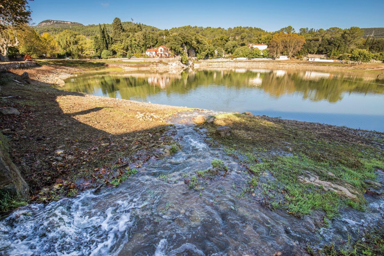 Le lac est en partie alimenté par les ressources de l'Asa des canaux de l'Issole.