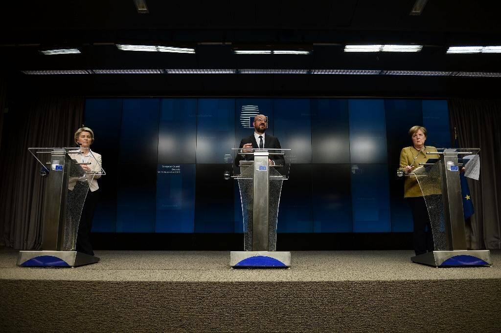 La présidente de la Commission européenne Ursula von der Leyen (G), le président du Conseil européen Charles Michel (C) et la chancelière allemande Angela Merkel (D) en conférence de presse à Bruxelles le 11 décembre 2020