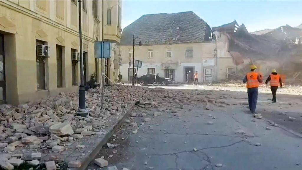 Les dégâts jonchant les rues de la ville croate de Petrinja après le séisme le 29 décembre 2020.
