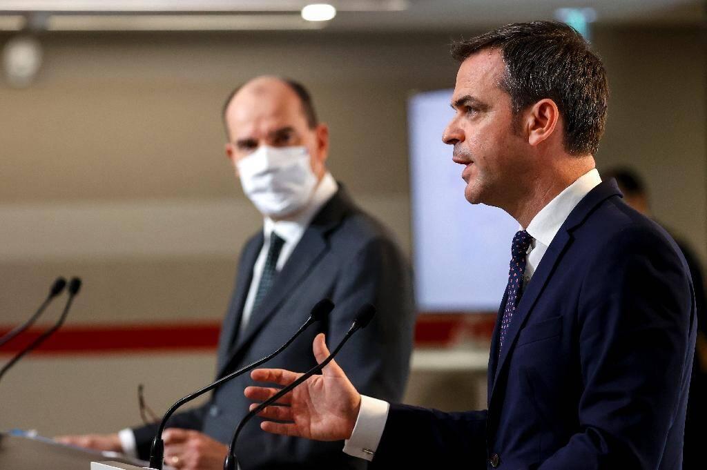 Le ministre de la Santé Olivier Véran (d) et le Premier ministre Jean Castex (g) lors d'une conférence de presse à Paris le 10 décembre 2020