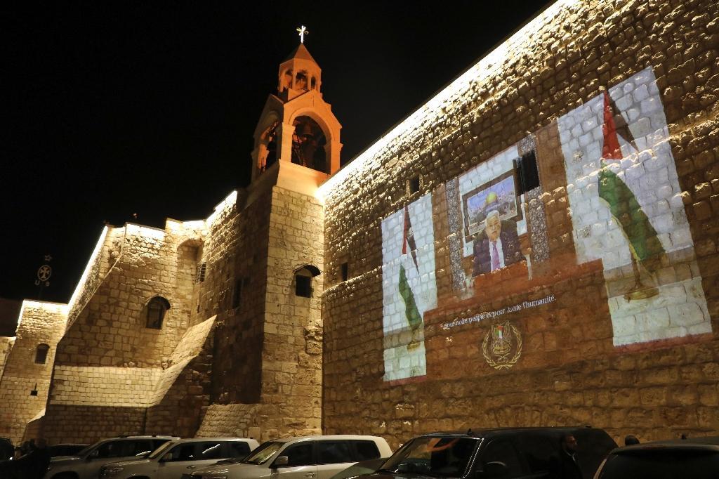 La vidéo d'un discours du président palestinien Mahmoud Abbas, projetée sur un mur près de la Basilique de la Nativité à Bethléem (Cisjordanie occupée), le 24 décembre 2020