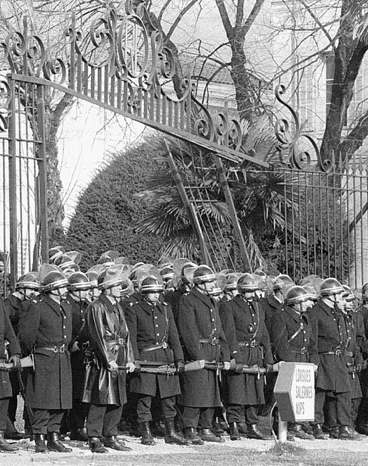 Les CRS devant la préfecture de Draguignan après l'annonce du transfert
