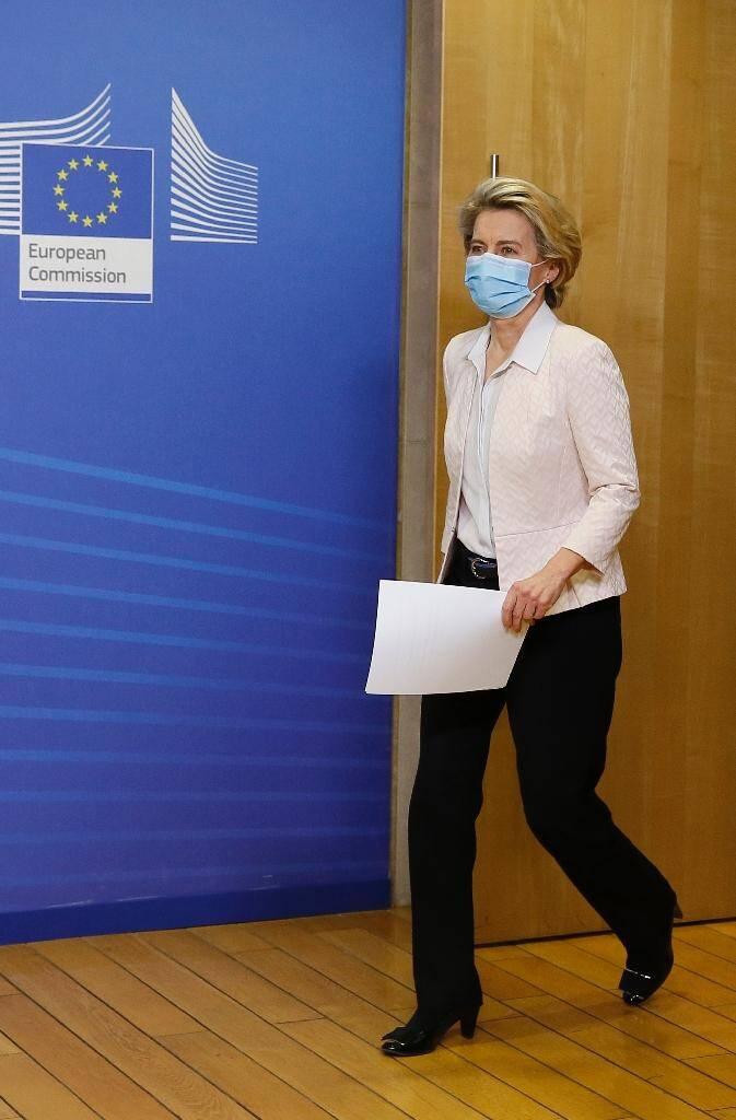 La présidente de la Commission européenne Ursula von der Leyen avant de prononcer un discours, à Bruxelles, le 5 décembre 2020