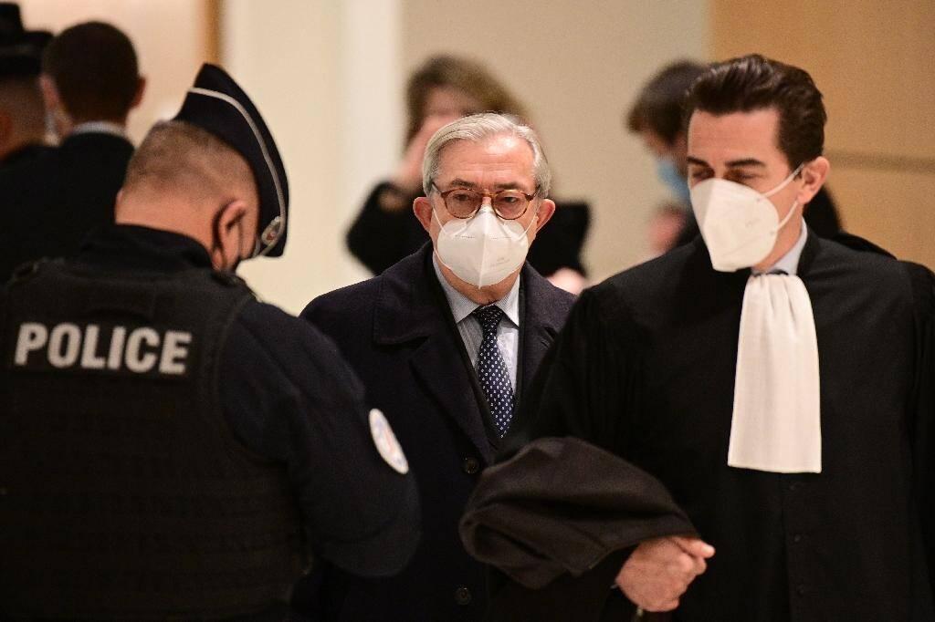 Le juge Gilbert Azibert (C)  arrive au tribunal à Paris le 7 décembre