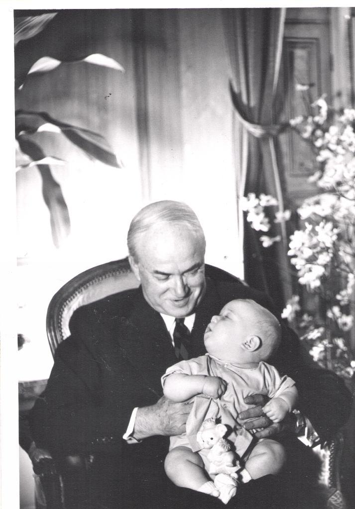 Photo transmise à l'AFP par Jed Leiber le montrant sur les genoux de son grand-père Saemy Rosenberg