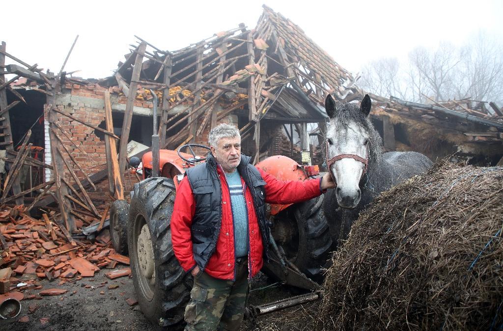 Dans le village de Majske Poljane, au sud de Zagreb, la maison de Tomislav Suknaic, debout à côté de son cheval, est détruite, mercredi 30 décembre 2020 en Croatie