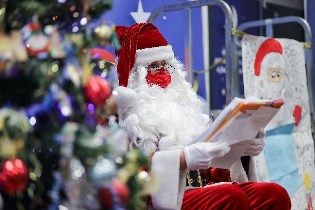"""Le """"père Noël"""" lit les courriers adressés à son secrétariat le 10 décembre 2020 à Libourne"""