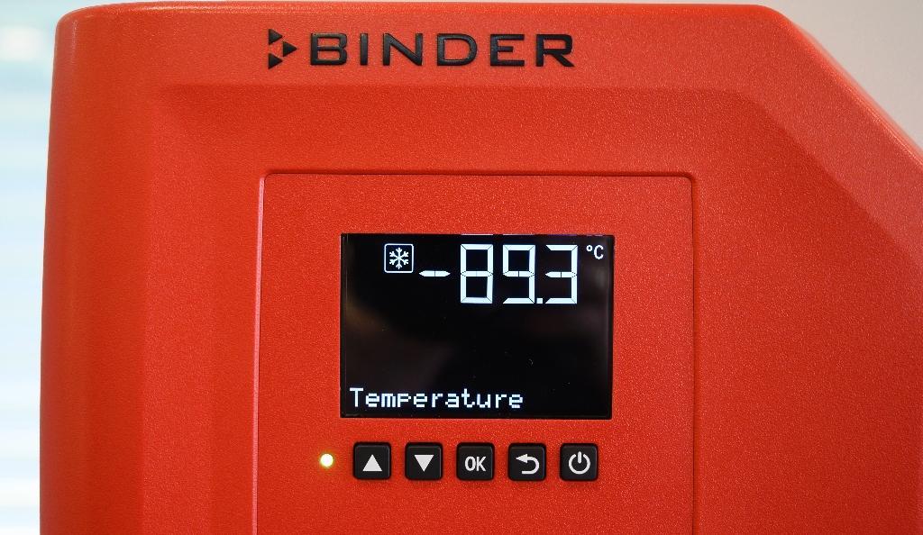 """Un écran affiche la température à l'intérieur d'un """"super-congélateur"""" de l'entreprise Binder, à Tuttlingen, dans le sud de l'Allemagne, le 24 novembre 2020"""