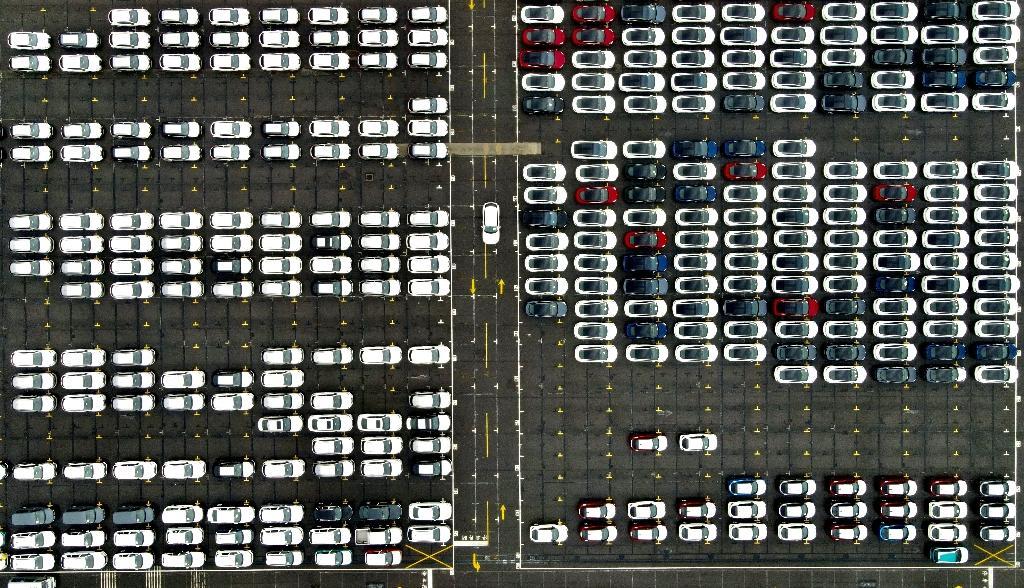 Vue aérienne de voitures importées sur un parking du port de Taipei, le 8 décembre 2020 à Taïwan