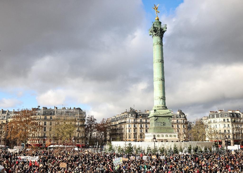 """""""Ouvrez les théâtres"""", """"ouvrez les cinémas"""", """"déconfinons la culture!"""", ont scandé sur la place de la Bastille, noire de monde, et sur les marches de l'Opéra Bastille des professionnels du secteur de la culture, à Paris, le 15 décembre 2020"""