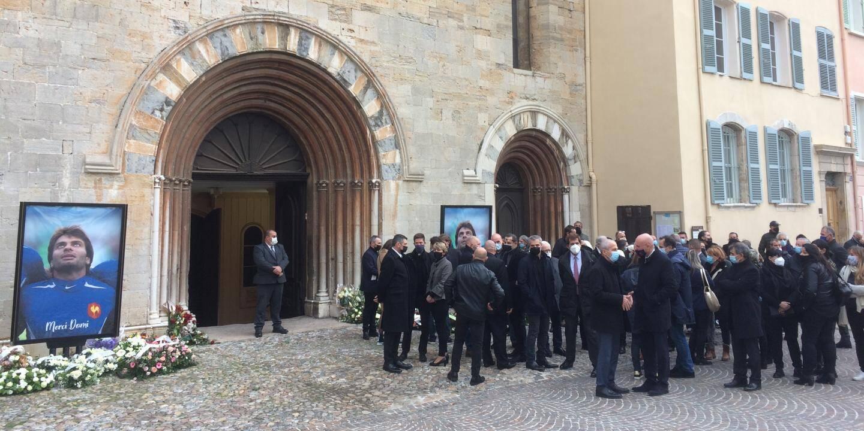 Comme attendu une foule importante est venue rendre un dernier hommage à Christophe Dominici à l'Eglise Saint-Louis à Hyères ou la cérémonie d'obsèques va débuter dans quelques dizaines de minutes. L'Eglise va afficher complet et le parvis est lui copieusement garni.