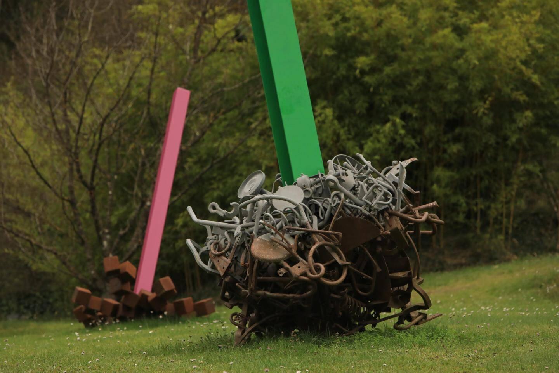 Chez lui, les oeuvres de Bernard Pagès font partie du paysage.
