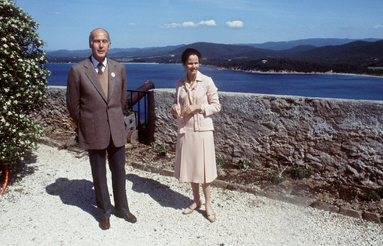 Le président de la République Valéry Giscard d'Estaing pose avec son épouse Anne-Aymone, le 6 mai 1979, lors de leur séjour au fort de Brégançon.