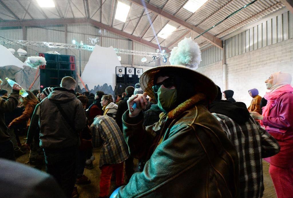 Des participants à une fête sauvage du Nouvel an dans un hangar désaffecté à Lieuron (environ 40 km au sud de Rennes), le 1er janvier 2021