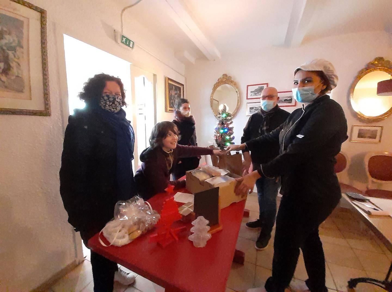 Chez Mich'Resto au village de Giens, une famille parisienne ravie de pouvoir venir se restaurer durant tout son séjour grâce aux bons petits plats préparés par Sanaa Talhaoui, chef de cuisine et Michel Buda, restaurateur.