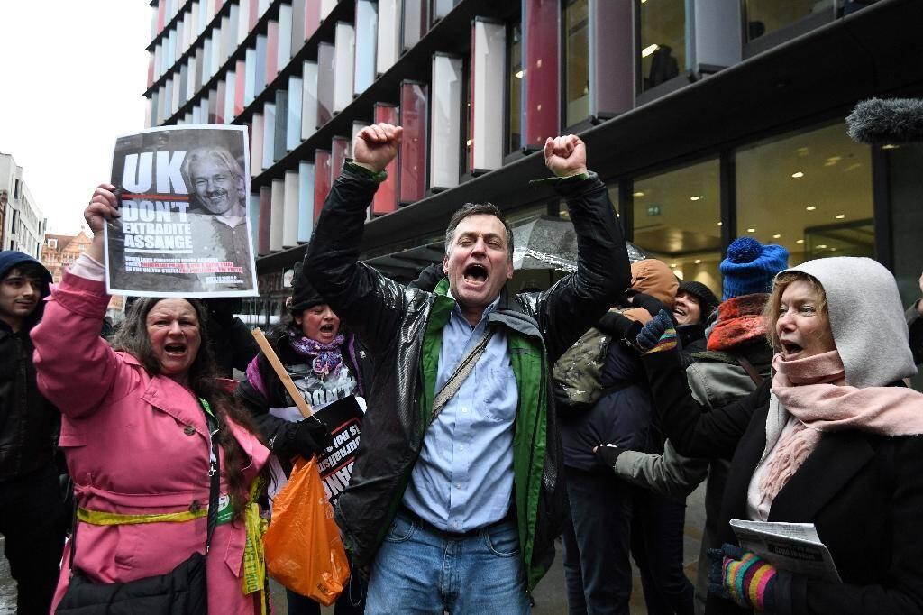 Des soutiens de Julian Assange manifestent leur joie à Londres, le 4 janvier 2021, après qu'une juge britannique a refusé son extradition vers les Etats-Unis