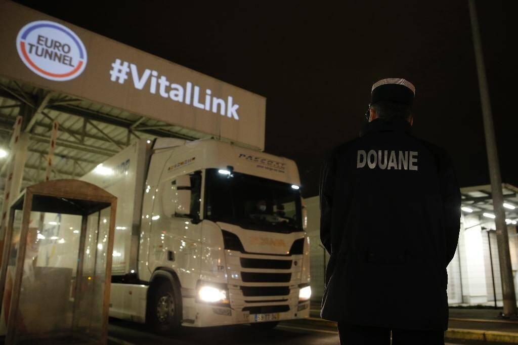 Un douanier français observe un camion arrivant du Royaume-Uni dans le terminal du tunnel sous la manche à Coquelles, le 1er janvier 2021