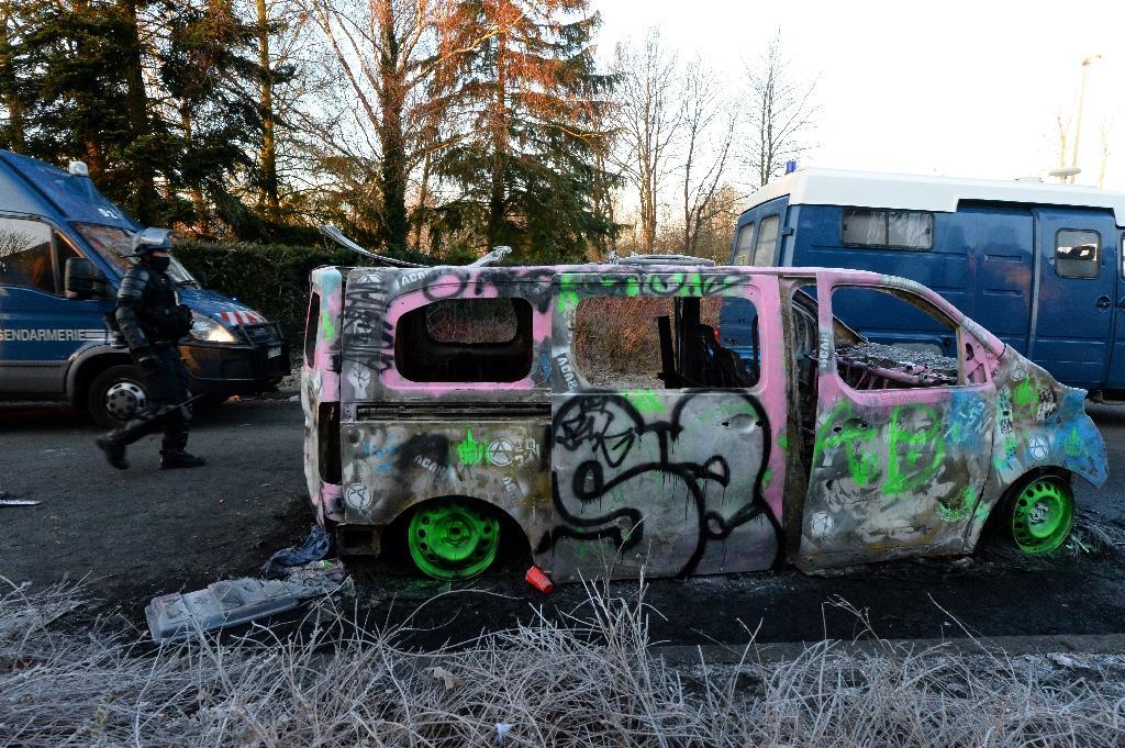 Une épave de véhicule de gendarmerie incendiée par les fêtards a été taguée pendant la rave-party qui s'est déroulée jusqu'au petit matin le 2 janvier 2021 à Lieuron (Ille-et-Vilaine)