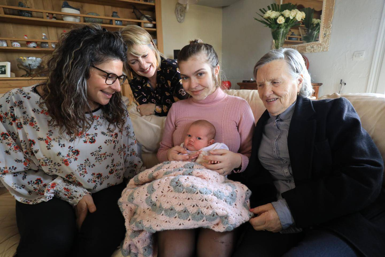 Entourant la petite Meï, née le 15 décembre dernier à Grasse, sa maman Lara, 18 ans, sa grand-mère Stéphanie, 36 ans, son arrière-grand-mère, Lina, 59 ans et son arrière-arrière-grand-mère Thérèse, 81 ans.