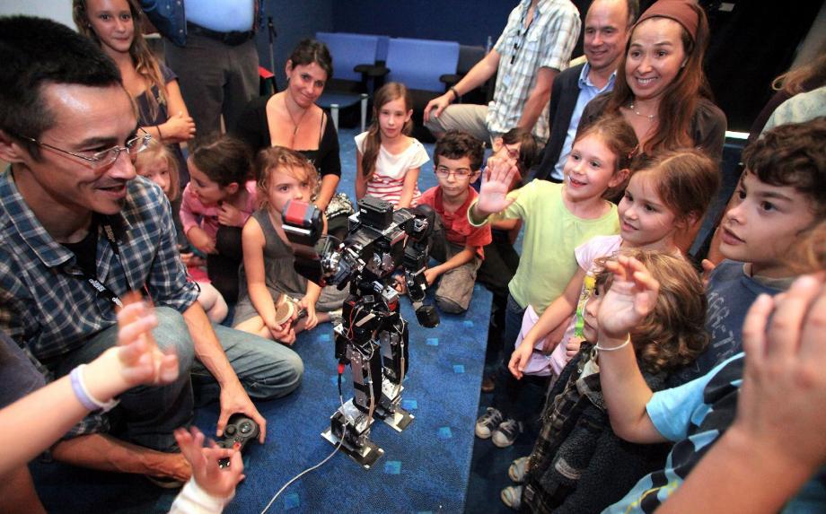 Hier après-midi, clou de la manifestation, des enfants ébahis d'une école de Biot sont venus à la rencontre du robot humanoïde Acroban. Les robots, de futurs compagnons pour les cours de récré ?
