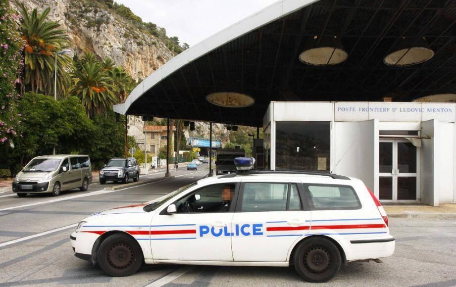 À l'ancien poste Saint-Ludovic, un équipage de la police aux frontières assure une veille du secteur.