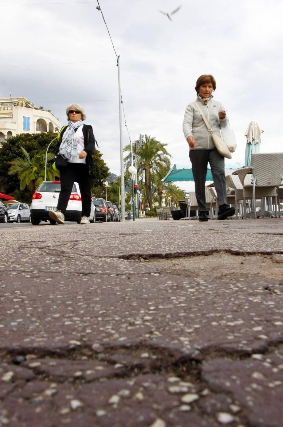 Les restaurateurs déploraient quelques chutes de personnes âgées dues à cet asphalte dégradé.(Photos Olivier Ogéron et R.M.)