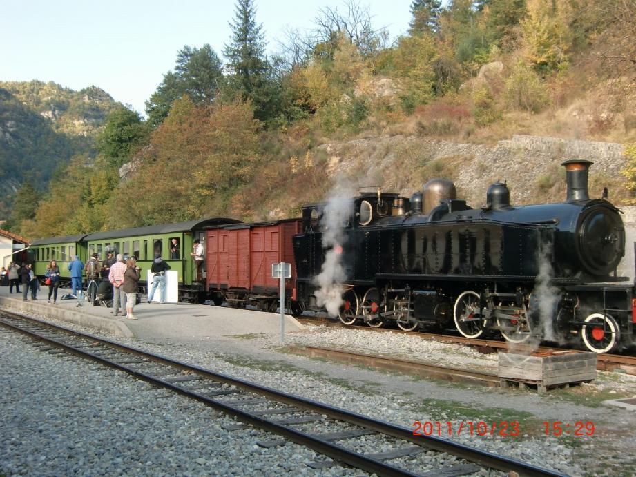 L'équipe de tournage sur le quai de la gare devant le célèbre train à vapeur.(Photos L. B.)