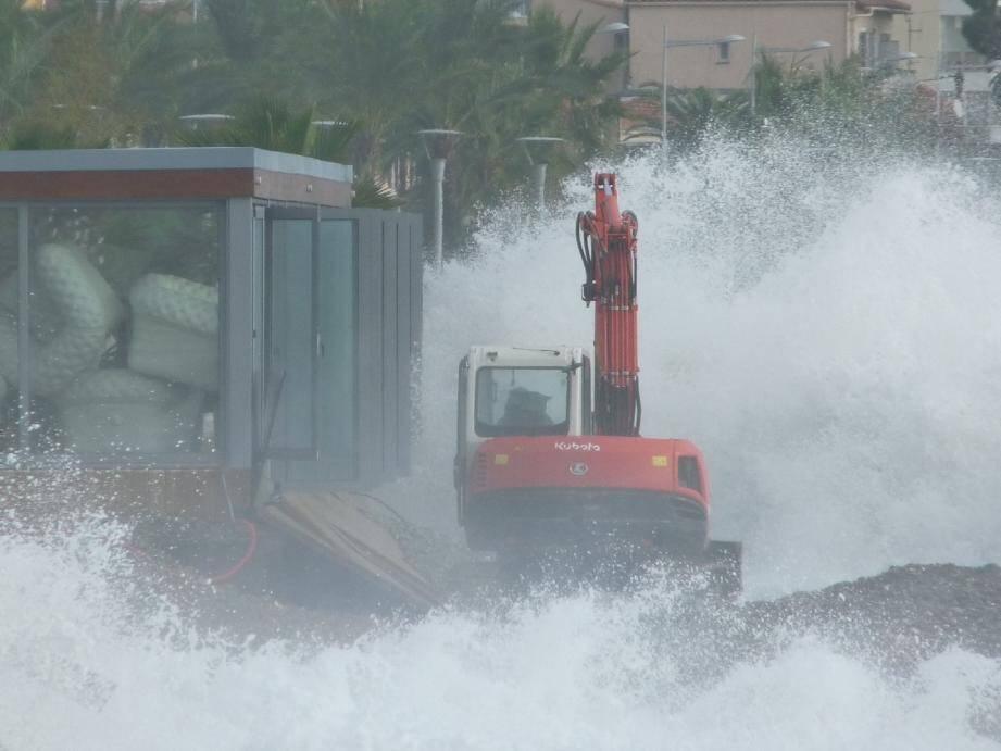 Un bull appelé en renfort pour protéger Aeva Beach d'une barrière rocheuse.(Photo F. D.)