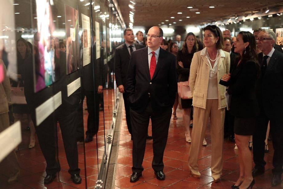 Marina Catena (à droite en tailleur noir) , directrice du PAM pour la France et Monaco, a présenté les clichés de «Nourrir l'espoir : ensemble contre la faim» au prince Albert II et à la princesse Caroline. L'exposition est visible dans la galerie des Pêcheurs, jusqu'au 17 juin.