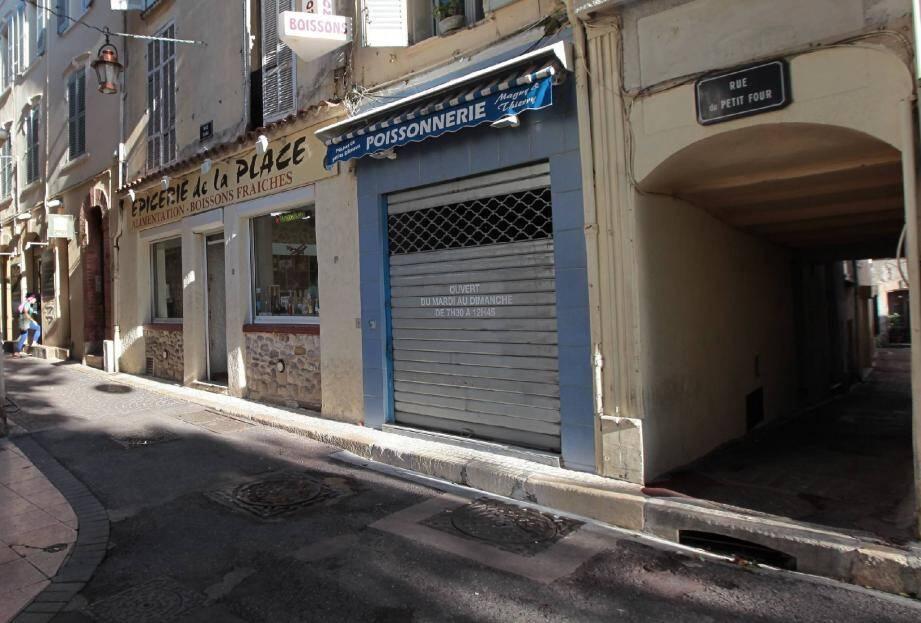 C'est sur la place Nationale et plus précisément, à l'angle des rues Sade et du Petit-Four, que les malfrats opéraient leur trafic.