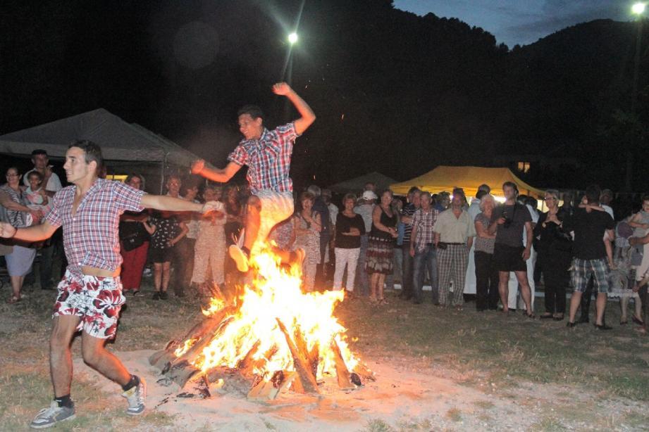 Les plus jeunes ont bravé les flammes sans hésiter.