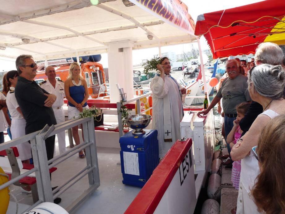 La famille Costanzia et le sénateur-maire présente « Les III Canailles 3» le bateau qui fera des promenades en mer et du «Pesca-tourisme» au départ du Cros.( Photos F. D.)