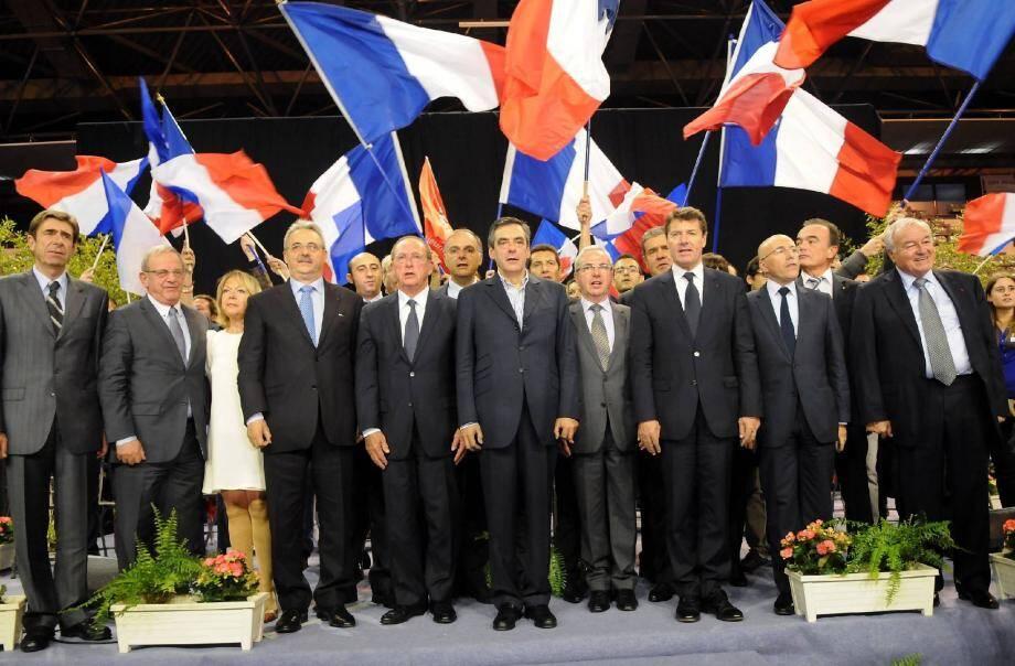 Entouré des nombreux parlementaires qui le soutiennent dans le département, François Fillon a également promis aux militants de les consulter régulièrement s'il était élu à la présidence de leur parti.