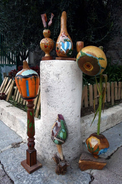 Cent cinquante cougourdons de toutes des tailles et toutes les formes, jusqu'aux plus inattendues, seront visibles dès le début 2013. À droite, les bénévoles au vieux moulin à farine de la Placette. Ils ont travaillé dur pour mettre en valeur une collection unique de cougourdons, offerte par Tom Roméo.